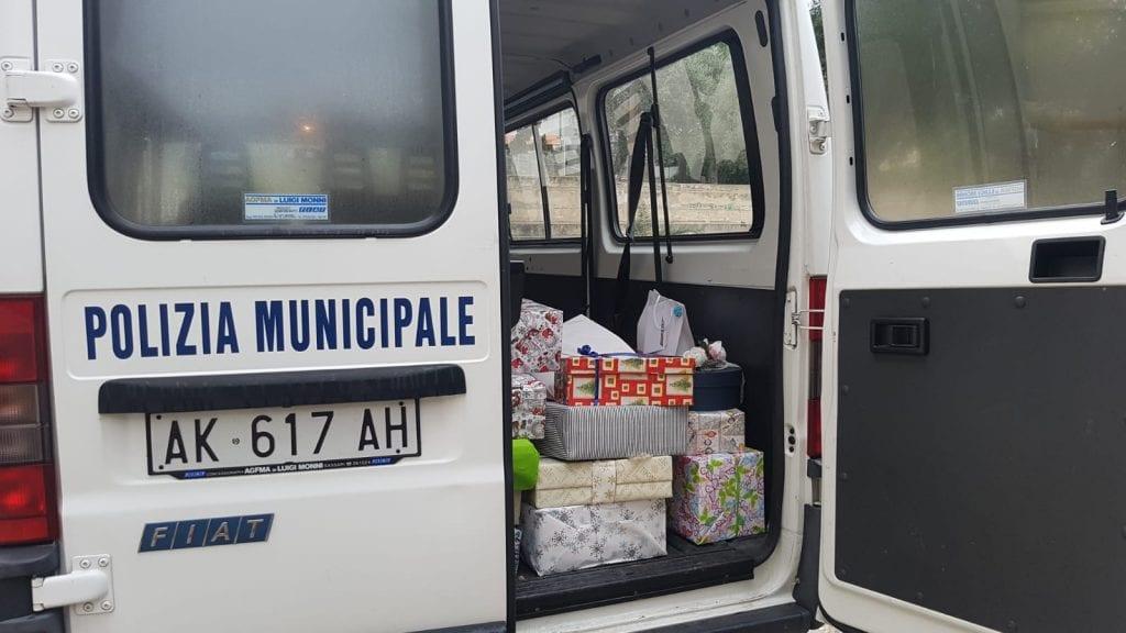 Abbigliamento e giochi per le famiglie di Sassari: i doni della polizia locale
