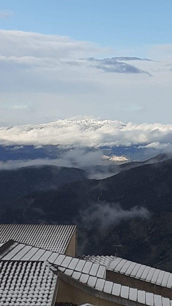 Calano le temperature e i fiocchi di neve imbiancano anche Pattada