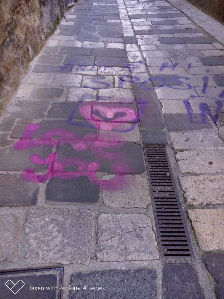 Continua il vandalismo amoroso all'ombra del Duomo di Sassari