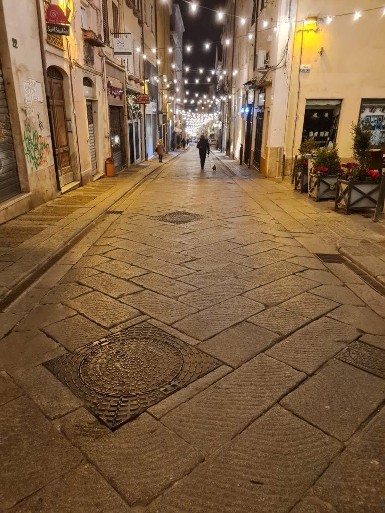 A Sassari nella prima serata della zona bianca, tra tavolini dei bar ancora pieni e ristoranti aperti