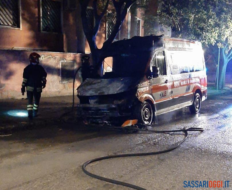 Attentato incendiario a Sassari, in fiamme un'ambulanza e un'auto a pochi metri di distanza
