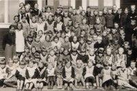 Honkolan koulu vuonna 1938. Opettajat Katri ja Matti Laine sekä Maria Ahtola. Kuva Anneli Madekiven kokoelmista.