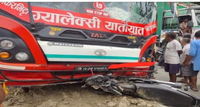 दुहबीमा बसले ठक्कर दिँदा मोटरसाइकल चालकको मृत्यु