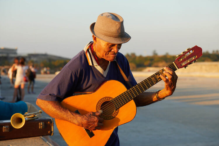 Guitar player on the Malechon, Havana