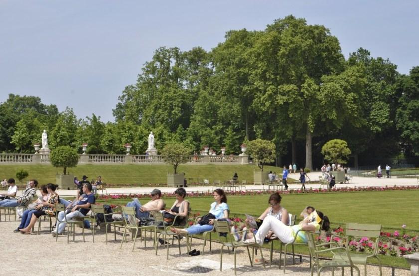 Lunch breakers in Paris