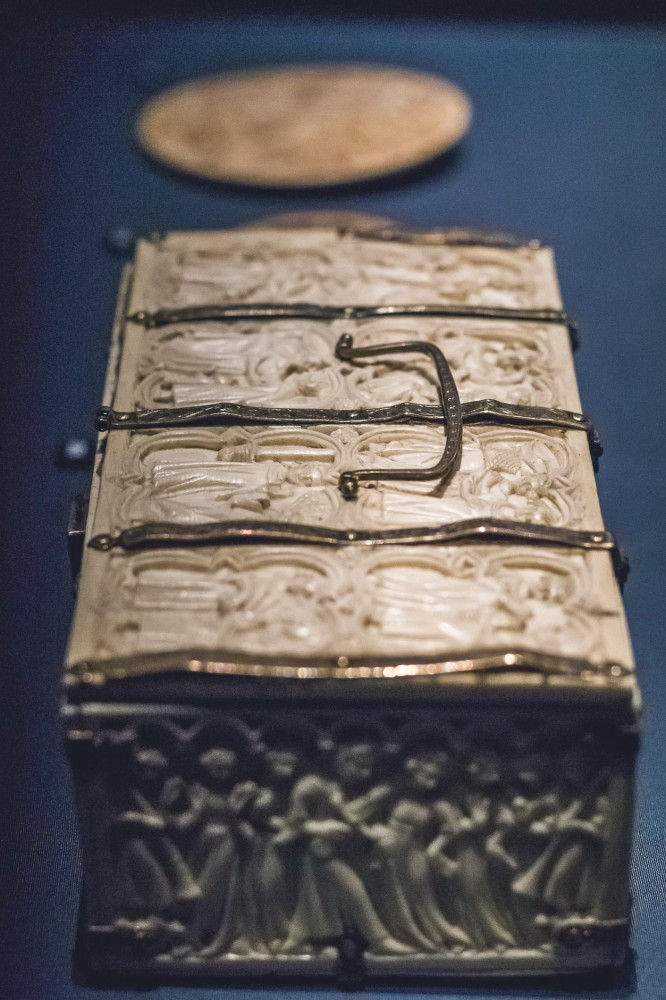 14th century ivory casket depicting the story of the Châtelaine de Vergi, KHM, Vienna
