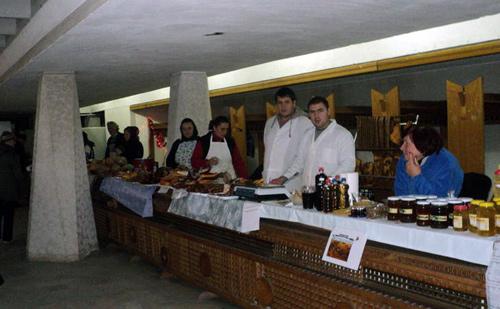 Târgul Tradiţional s-a mutat în Holul Casei de Cultură