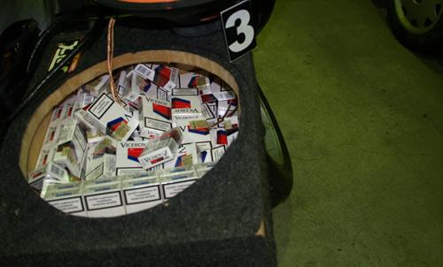Peste 750 pachete de ţigări descoperite într-o maşină (video)