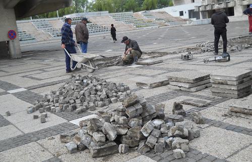 Au început reparaţiile pe platoul din Centrul Nou