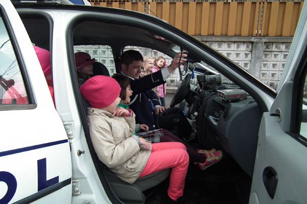 Copiii au putut azi să se joace de-a poliţiştii