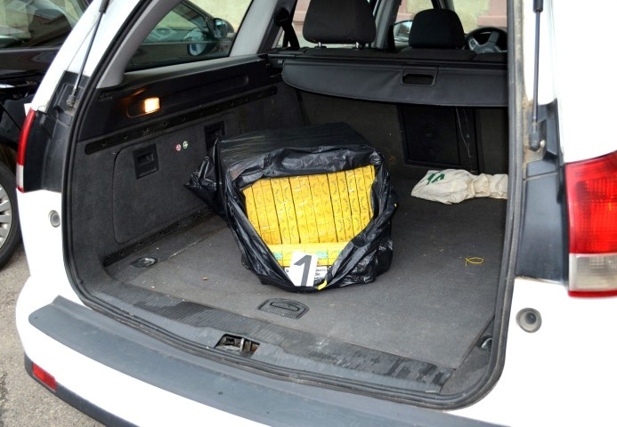Țigări de contrabandă descoperite în mașina unui sătmărean