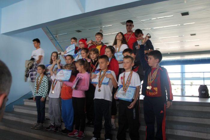 """45 de medalii pentru înotătorii sătmăreni la Memorialul """"Gheorghe Demeca"""" din Baia Mare"""