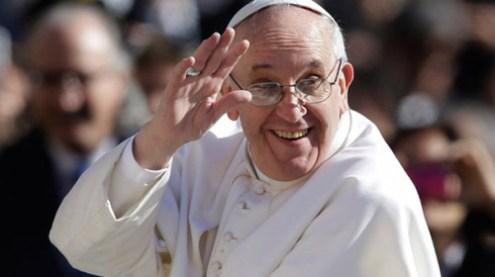 Veșmântul Papei Francisc, creat la Satu Mare. Cine este designer-ul