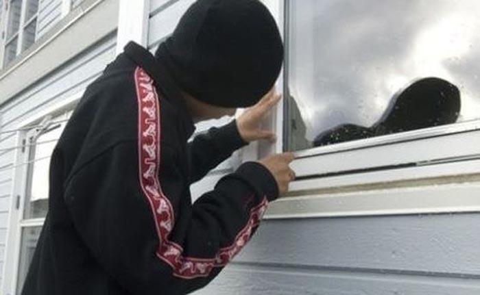 Tânăr de 16 ani, prins la furat