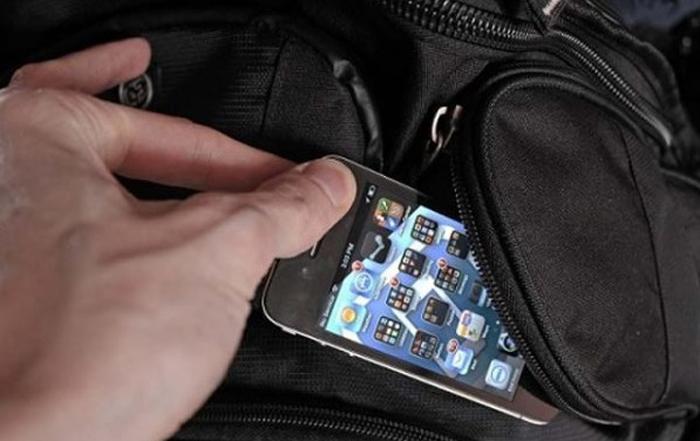 Hoți de telefoane, prinși de polițiști