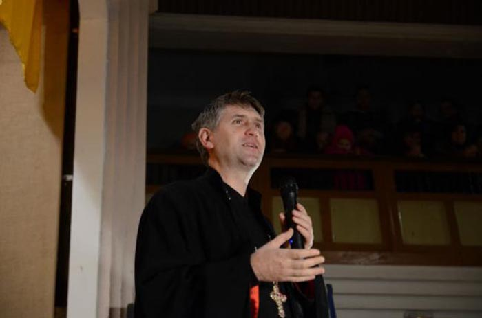 Preotul-cântăreț Cristian Pomohaci vine la Festivalul Pălincii de la Satu Mare