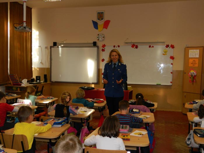 """Jandarmii, în mijlocul copiilor de la Școala """"Avram Iancu"""""""