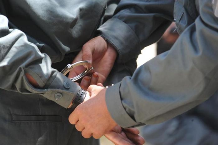Hoț încătușat de polițiști