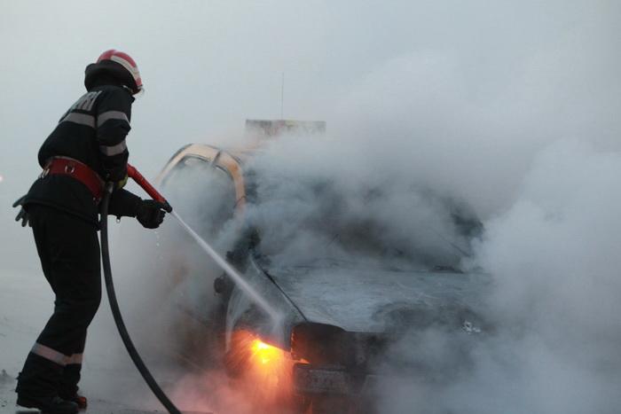 Mașină distrusă de flăcări, la Satu Mare