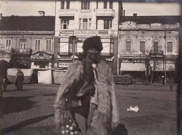 Vânzător de ceapă în centrul Sătmarului, cu aproape 100 de ani în urmă (Foto)