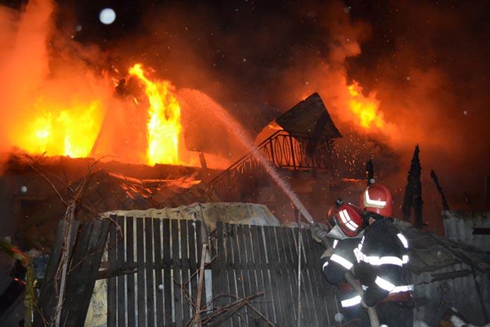 Incendiu la o casă din Trip. Pompierii s-au luptat mai bine de 3 ore cu flăcările