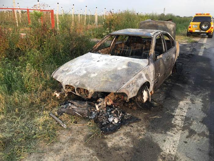 O mașină a ars ca o torță. Șoferul a scăpat ca prin minune (Galerie foto)