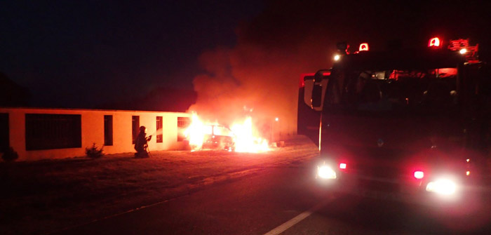 S-a izbit cu mașina de un gard. Autoturismul a ars ca o torță (Foto)