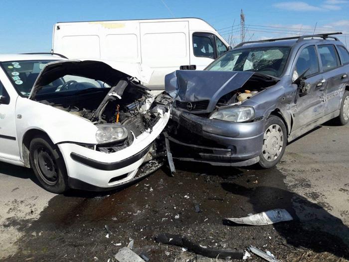Accident in lant. Un ranit si trei masini distruse