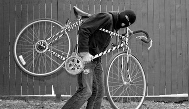 A furat un fierăstrău și o bicicletă. Polițiștii au pus mâna pe hoț