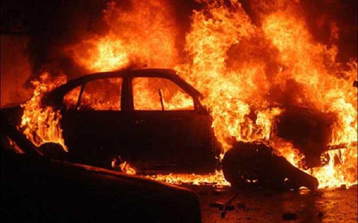 Două mașini mistuite de flăcări. Ce s-a întâmplat