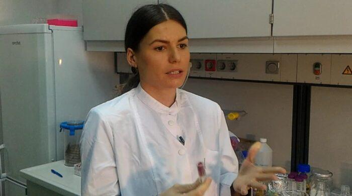 Inventie romaneasca: Ruj din fructe, care hidrateaza buzele, comestibil. Ce mai contine
