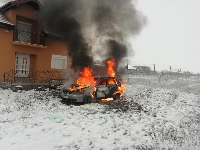 O mașină a luat foc în Lazuri. A ars în totalitate (FOTO)