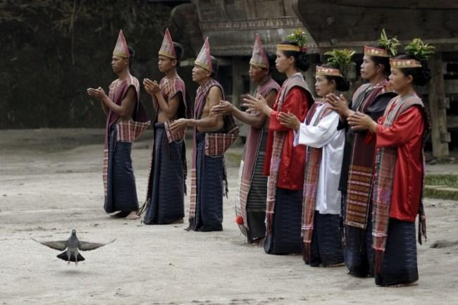 Suku Batak masih memegang kuat agamanya sendiri.