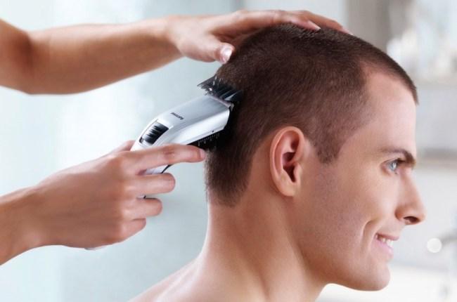 Potong rambut pakai alat cukur