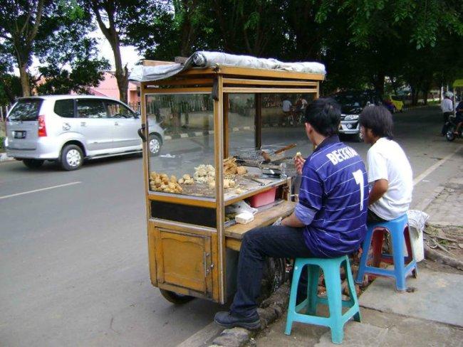 Penjual gorengan di pinggir jalan