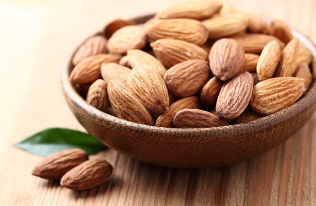 kacang almond untuk memutihkan kulit