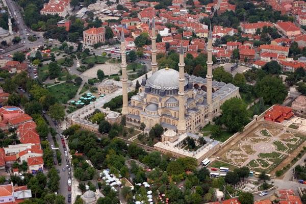 Masjid Selimiye punya menara tinggi anti gempa