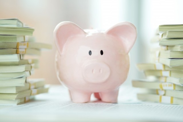 piggy-bank-with-lots-of-money_1098-969