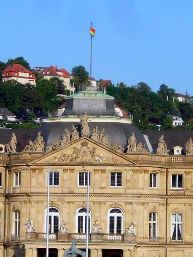 Das Neue Schloss Stuttgart mit gehisster Regenbogenflagge