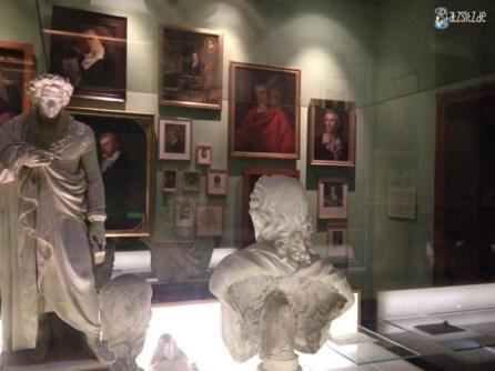 Erster Raum im Schillermuseum in Marbach zeigt zahlreiche Statuen und Gemälde des Autors