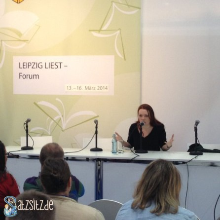 "Autorin Zoe Beck am Mikrofon; liest aus ihrem Thriller ""Brixton Hill"""