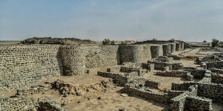 Habitations outside the walls of Fayd Fortress (photo: Florent Egal)