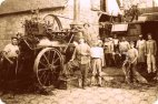 Mainzer Straße 35 Dreschmaschine mit Treschern im früheren Anwesen Bild von Ernst Kröhle
