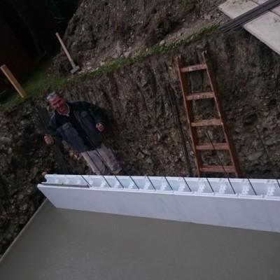Die erste Reihe der Styroporziegel, wird in die noch frische Betonplatte gelegt und armiert!