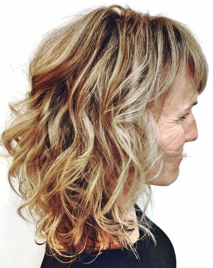 Wunderschönen Frisuren ab 50 Mittellang Inspirationen Über 50 mittlere lockige Frisur mit Pony