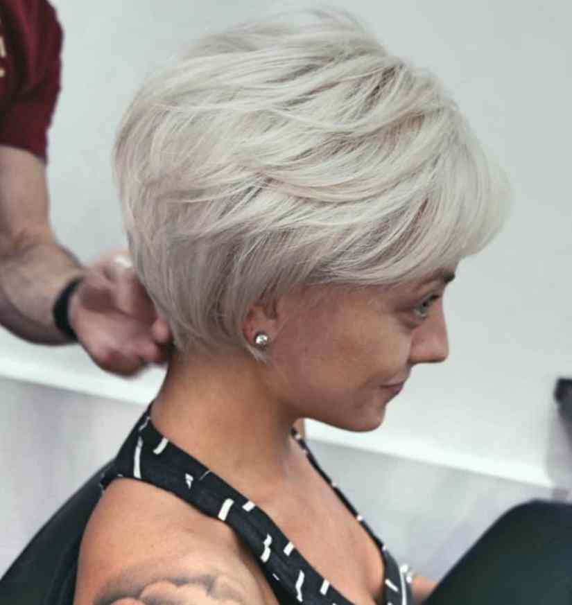 Inspirationen Damen Frisuren für Feines Haar Ideen Weißer blonder Bob für feines Haar