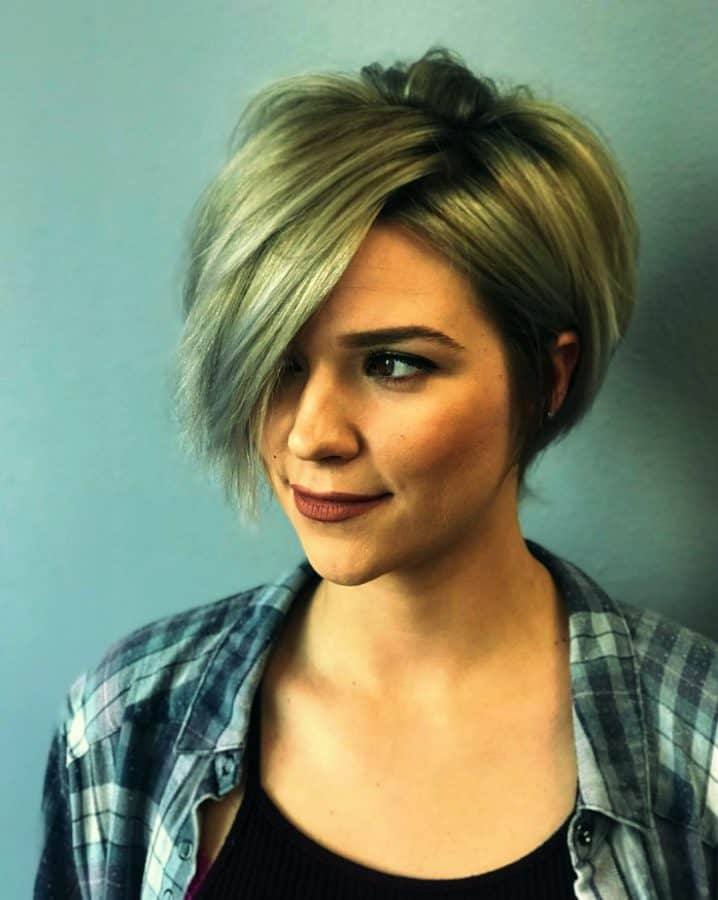 Top Frisuren Feines Dünnes Haar Rundes Gesicht Inspirationen Kurzer gestochener blonder Bob mit grauen Highlights