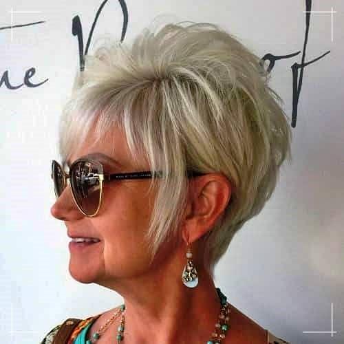 Unordentliche blonde Kurzhaarfrisur für Frauen