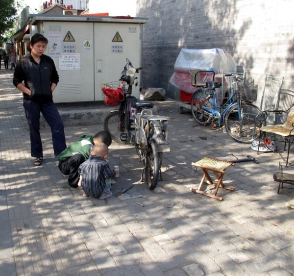 Beijing-China-Photograph-Stall-Bike-Shop-Kids-Repair