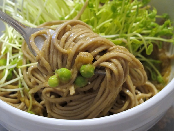 Food-Photograph-Buckwheat-Noodles-with-Peas-and-Zucchini-Miso-Dressing-Recipe-2